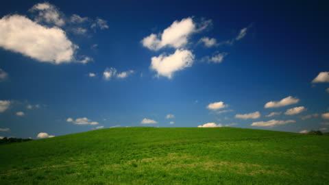 緑の丘とブルースカイ - grass点の映像素材/bロール