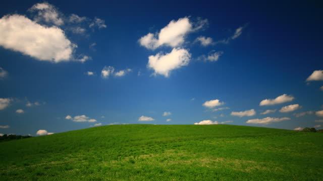 Grüne Hügel und blauer Himmel