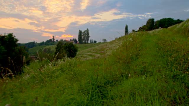SLO MO colina verde no pôr do sol