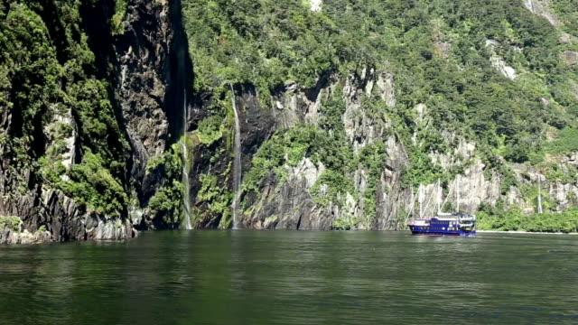 静かな水からの滝と緑の丘 - hill点の映像素材/bロール