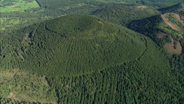 vidéos et rushes de aerial, green hills at puy de dome region, auvergne, france - chaîne de montagnes