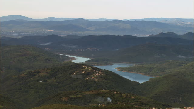 vidéos et rushes de aerial green hills surrounding lac de saint cassien/ var, france - var