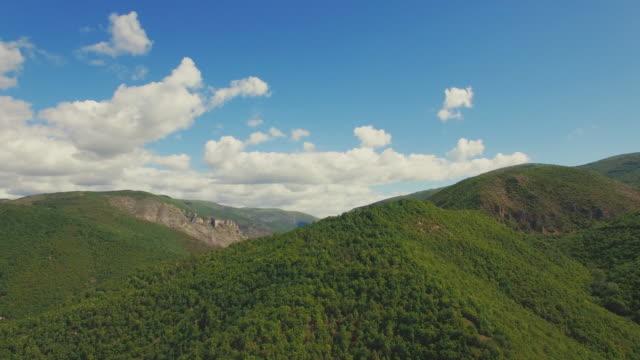 vídeos de stock, filmes e b-roll de paisagem verde-vídeo aéreo - bulgária