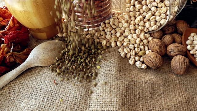 豆の落下 - 荒い麻布点の映像素材/bロール