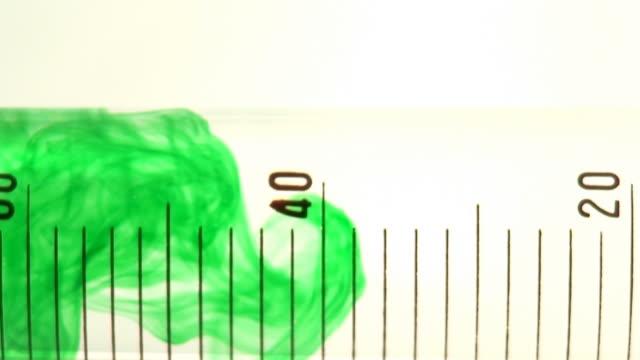 liquido verde in una provetta - dissolvere video stock e b–roll