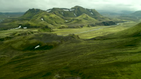 vídeos de stock e filmes b-roll de green mountains of iceland - islândia