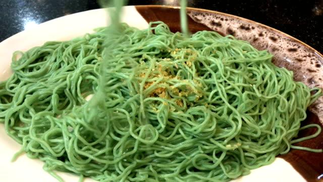 vídeos de stock e filmes b-roll de green or jade noodles in plate, 4k. - agrafo