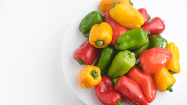 green pepper - orangefarbige paprika stock-videos und b-roll-filmmaterial