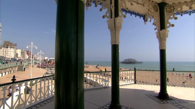green pillars support a gazebo on brighton beach. available in hd. - ブライトン パレスピア点の映像素材/bロール
