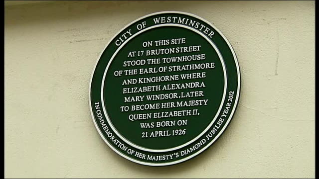 'green plaque' placed on house where the queen was born england london westminster bruton street ext reporter to camera plaque 'dedicated in the... - 1926 stock videos & royalty-free footage