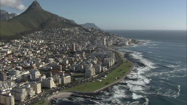 vidéos et rushes de aerial green point coastline with lion's head in background, cape town, western cape, south africa - le cap