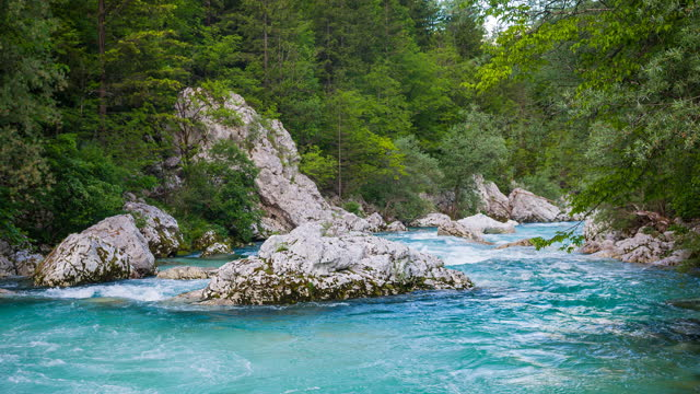 vídeos de stock, filmes e b-roll de vale do rio verde - azul turquesa