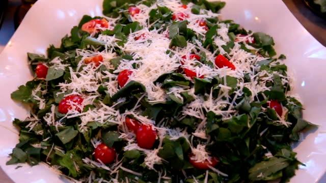 グリーンサラダ  - シェーブルチーズ点の映像素材/bロール