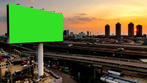 grön skärm reklam billborad på vägen twilight nattetid - advertisement bildbanksvideor och videomaterial från bakom kulisserna