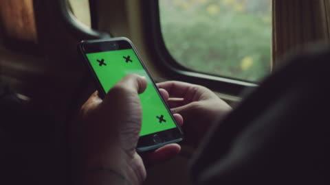 stockvideo's en b-roll-footage met groen scherm: aziatisch mens online winkelen in auto - online winkelen