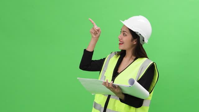 vídeos de stock, filmes e b-roll de green screen asian woman engenharia civil escolhe dados em holograma de exibição transparente - apresentador
