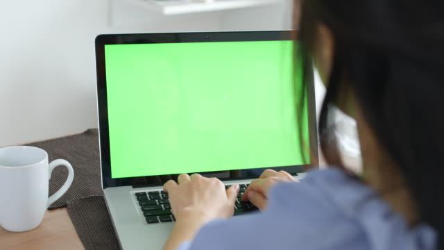 vidéos et rushes de écran vert à la maison - modèle réduit