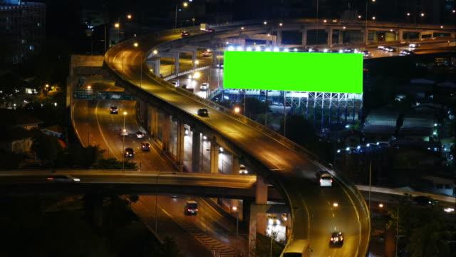 stockvideo's en b-roll-footage met 4k: groen scherm billboard's nachts - reclamebord commercieel bord