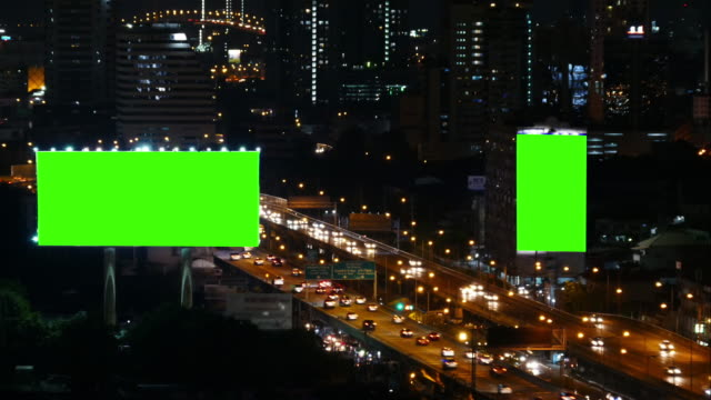 4 k : grünen bildschirm plakat bei nacht - gewerbliches schild stock-videos und b-roll-filmmaterial