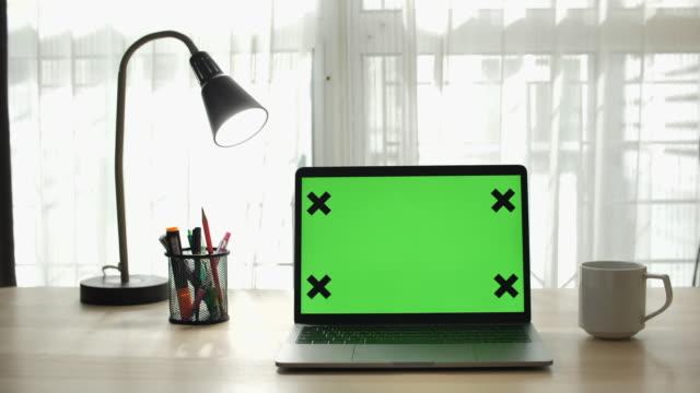 vidéos et rushes de ordinateur d'écran vert - laptop