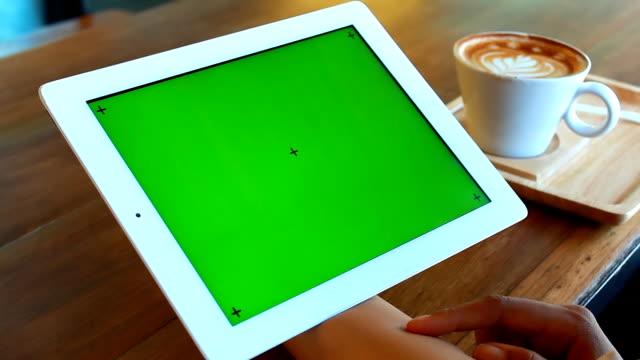 Grünen Bildschirm Digital tablet mit Frühstück