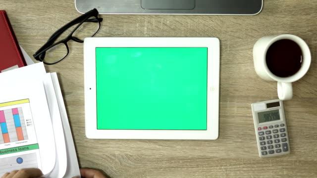 vídeos de stock, filmes e b-roll de verde tela digital tablet com mão humana - modelo web