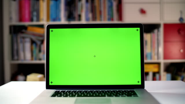 vídeos de stock e filmes b-roll de green screen on approaching laptop - chroma key