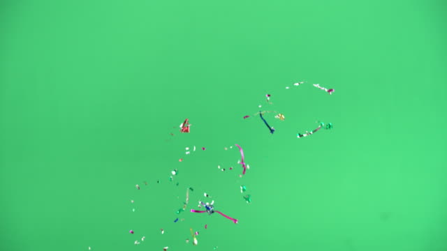 vídeos de stock, filmes e b-roll de green screen - party poppers exploding - fundo colorido