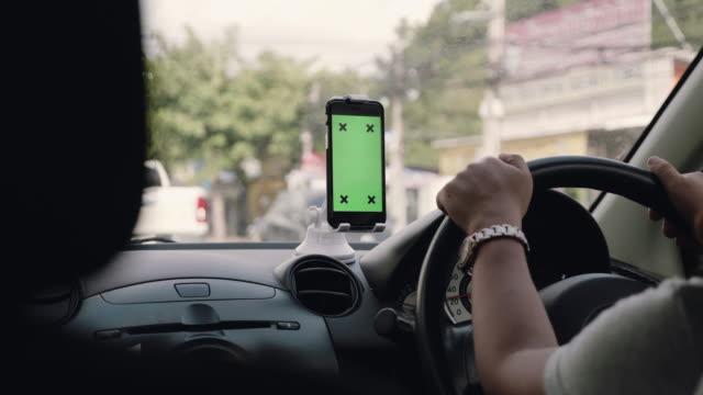 vídeos de stock, filmes e b-roll de tela verde, pessoas que viajam a viagem de carro com a tecnologia gps no carro - sistema de posicionamento global