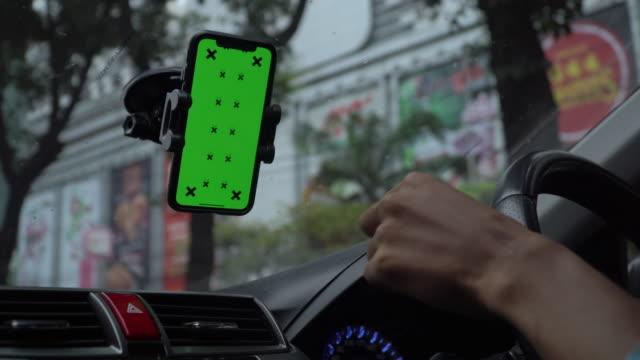 vídeos y material grabado en eventos de stock de pantalla verde, persona que usa un teléfono inteligente en el coche - tecla de piano