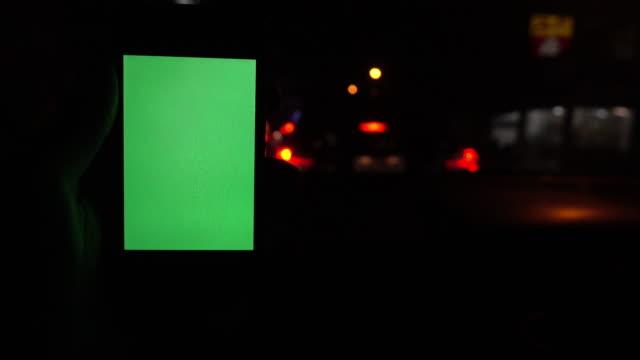 grön skärm, person som använder en smart telefon på bil