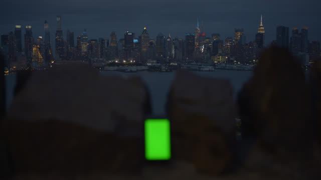 緑色の画面でスマートフォンの背景ニューヨーク市
