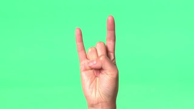 vidéos et rushes de green screen - woman's right hand gives various hand signs - pouce levé