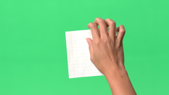 vídeos de stock e filmes b-roll de green screen -women's right hand places paper on/off clear glass with blue tack - papel adesivo