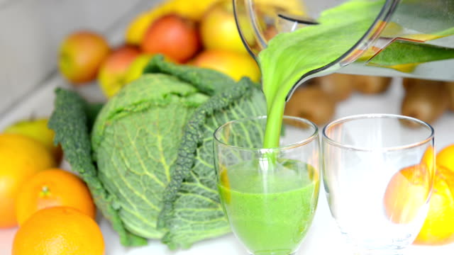 stockvideo's en b-roll-footage met green smoothie - sap