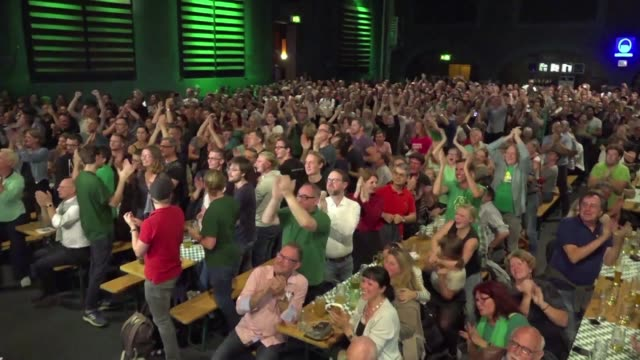 vídeos de stock, filmes e b-roll de green supporters react to the good result of their party which arrived in second place in bavaria state elections with 17 percent - alta baviera