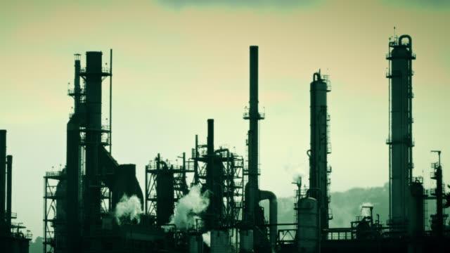 vídeos y material grabado en eventos de stock de clip tonónico verde de la refinería de petróleo al vapor - imagen virada