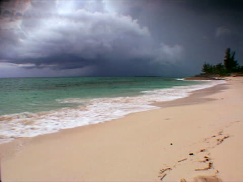 green turtle cay: rainclouds over long bay beach - cay insel stock-videos und b-roll-filmmaterial