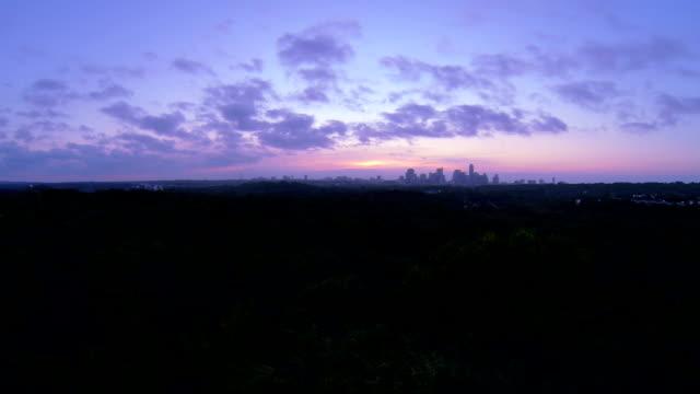 greenbelt sonnenaufgang – luftaufnahme über austin, texas, natur und stadt purple pink morgen, texas - plusphoto stock-videos und b-roll-filmmaterial