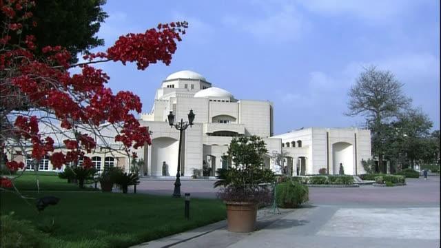 vídeos de stock, filmes e b-roll de greenery surrounds the cairo opera house. - teatro de ópera