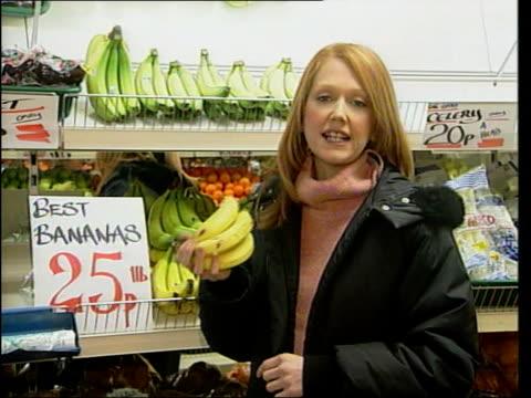 greengrocer in court over metric prices itn i/c man arranging bananas on pavement to spell 'lb' - lebensmittelhändler stock-videos und b-roll-filmmaterial