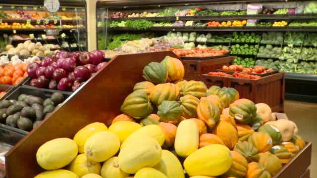 vídeos de stock e filmes b-roll de ms tu greengrocer's shop, richmond,  virginia, usa - frutas