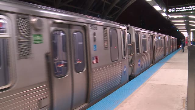 vídeos y material grabado en eventos de stock de greenline l train approaches and leaves stop in chicago on january 27 2016 - metro de chicago