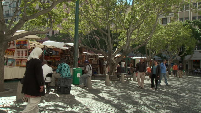 ws greenmarket square shoppers and stalls, cape town, western cape, south africa - cape town stock videos & royalty-free footage