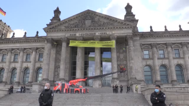 """vídeos de stock e filmes b-roll de greenpeace hangs a giant banner demanding """"a future without coal power"""" from the reichstag building's pediment, its script aping the historic... - frontão triangular"""