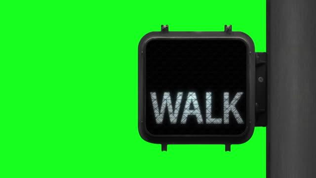 vídeos y material grabado en eventos de stock de greenscreen chroma toma clave de la señal de paso de peatones con señal de caminar blanco - alto descripción física