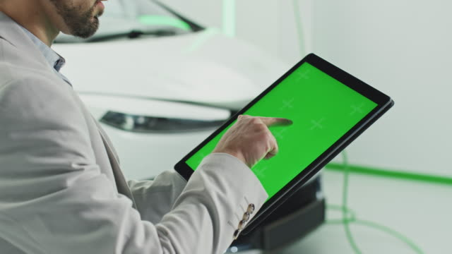 vídeos y material grabado en eventos de stock de tableta de pantalla verde - coche híbrido