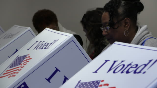 vídeos de stock e filmes b-roll de greenville, south carolina, usa: voters cast ballots at the west end community development center during the 2020 south carolina primary, saturday,... - eleições