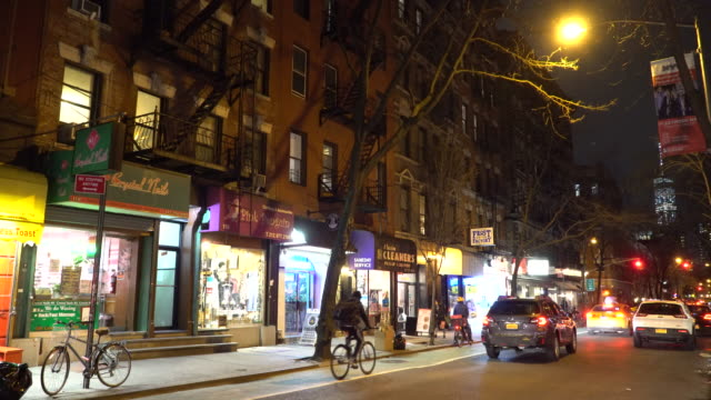 greenwich village nyc, restaurants & bars, old style buildings - gelbes taxi stock-videos und b-roll-filmmaterial