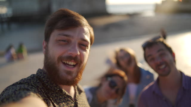 vídeos de stock e filmes b-roll de greetings from lisbon - 20 24 anos